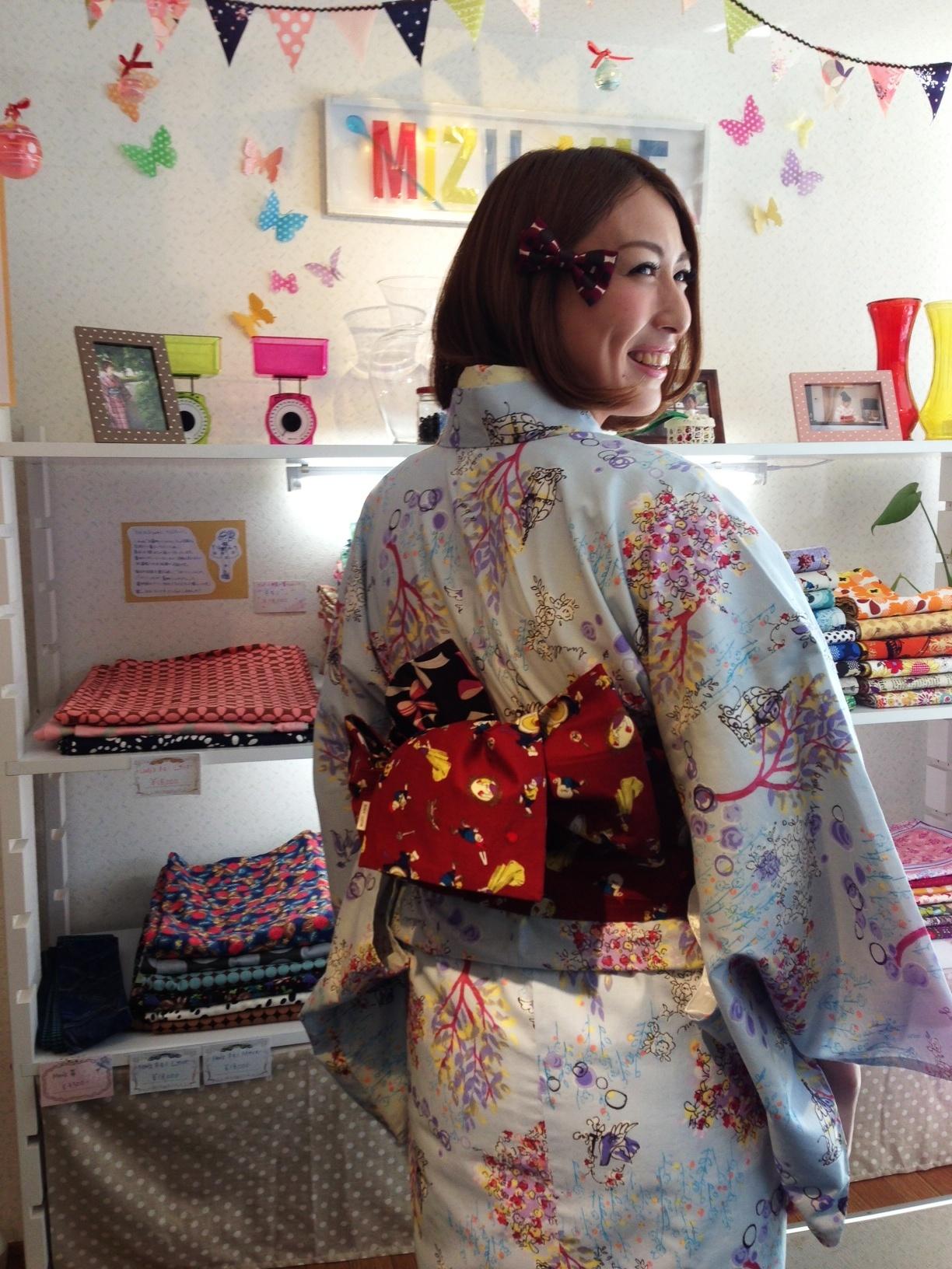 カラフルな浴衣姿で可愛い笑顔を見せる小椋久美子